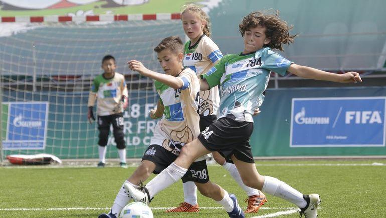 12-летние игроки, представляющие 211 стран и регионов планеты, вышли на газон, разделившись на 32 международные сборные дружбы. Фото media.footballforfriendship.com