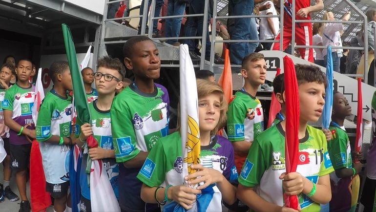Юные футболисты приняли участие в церемонии открытия главного турнира четырехлетия. Фото media.footballforfriendship.com