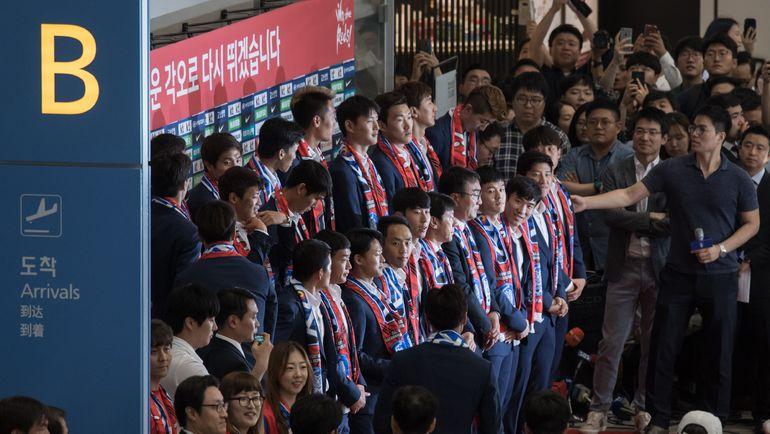Пятница. Инчхон. Сборная Кореи в аэропорту после прилета из России с ЧМ-2018. Фото AFP