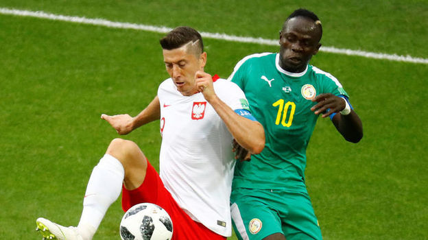 19 июня. Москва. Польша - Сенегал - 1:2. Роберт ЛЕВАНДОВСКИ и Садио МАНЕ. Фото Reuters