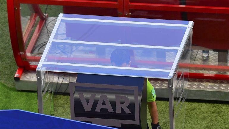 16 июня. Казань. Франция - Австралия - 2:1. Арбитр просматривает эпизод. Фото AFP