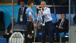 Суббота. Сочи. Уругвай - Португалия - 2:1. Оскар ТАБАРЕС (справа) дает указания Лукасу ТОРРЕЙРЕ.
