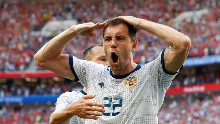 Артем ДЗЮБА празднует гол с пенальти в ворота Испании. Фото Reuters