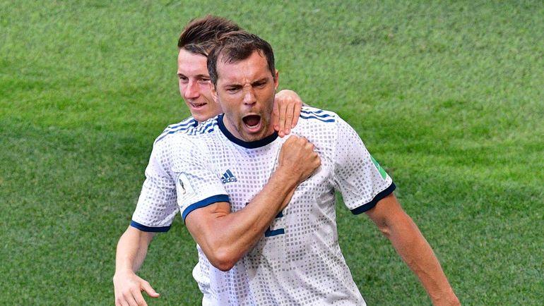 Артем ДЗЮБА празднует гол с пенальти в ворота Испании. Фото AFP