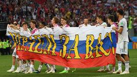 Воскресенье. Москва. Лужники. Испания - Россия - 1:1, пенальти - 3:4. Игроки сборной России благодарят болельщиков после финального свистка.