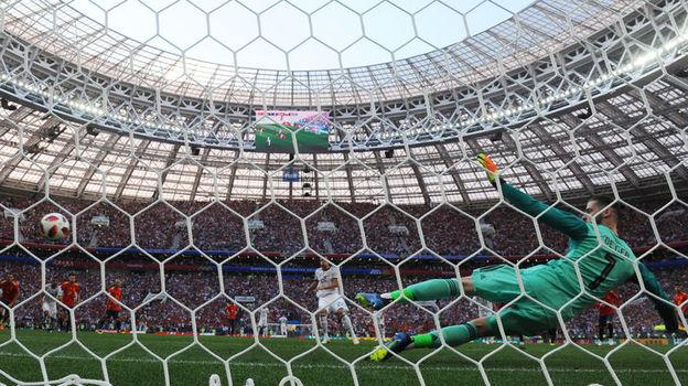Артем ДЗЮБА забивает в ворота Давида ДЕ ХЕА с пенальти. Фото Александр ФЕДОРОВ, «СЭ»
