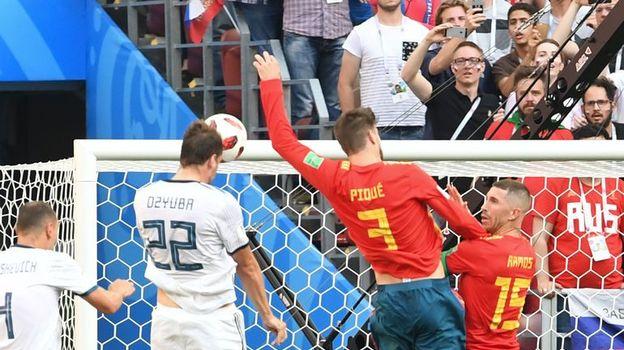 После удара головой Артема ДЗЮБЫ (№22) Жерар ПИКЕ сыграл рукой. Фото Reuters