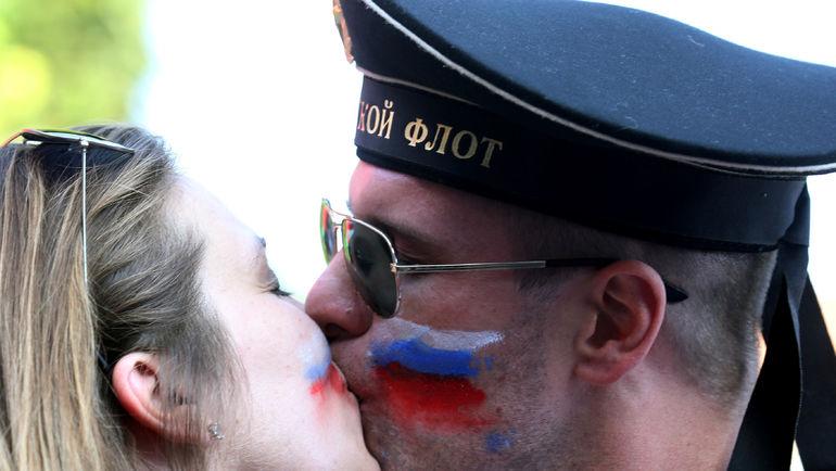 Не всем нравятся поцелуи российских болельщиков. Фото Reuters