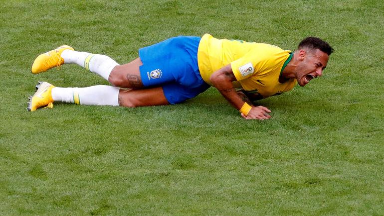 Понедельник. Самара. Бразилия - Мексика - 2:0. Шоу НЕЙМАРА после столкновения с Мигелем Лайюном. Фото Reuters