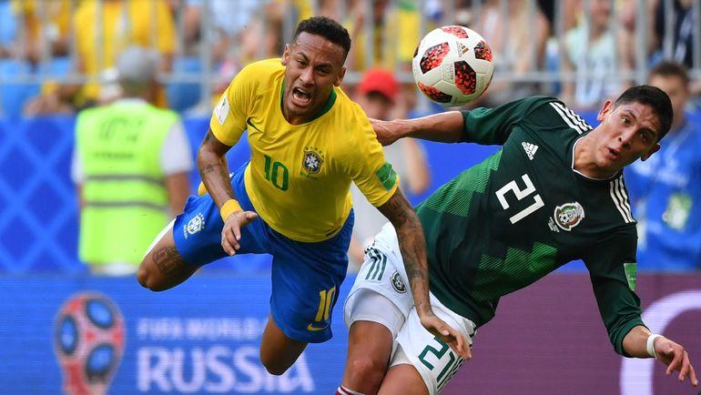 Понедельник. Самара. Бразилия - Мексика - 2:0. Очередной фол мексиканцев на НЕЙМАРЕ. Фото AFP