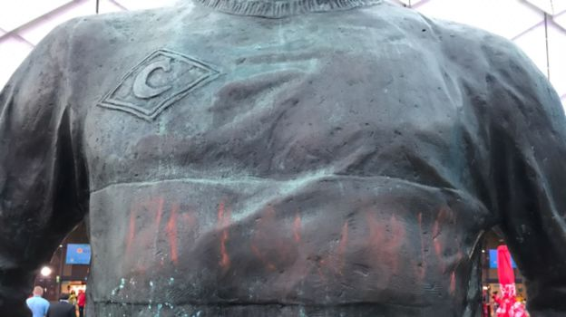 """Вандал написали на памятнике Федору Черенкову """"Англия"""". Фото Илья АНДРЕЕВ, «СЭ»"""