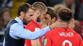Вторник. Москва. Тушино. Колумбия - Англия - 1:1, пенальти - 3:4. Главный тренер сборной Англии Гарет САУТГЕЙТ (слева) подбадривает игроков перед дополнительным временем.