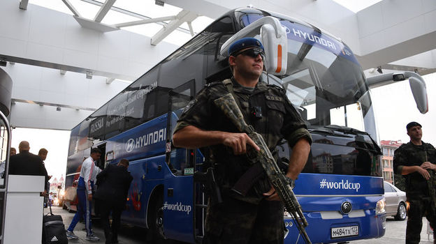 Автобус сборной России под усиленной охраной. Фото Александр ФЕДОРОВ, «СЭ»