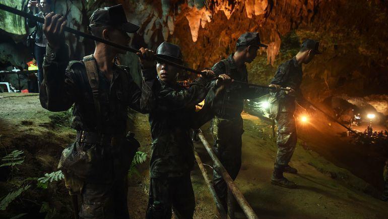 Во время операции по спасению детей из пещеры в Таиланде погиб водолаз. Фото AFP