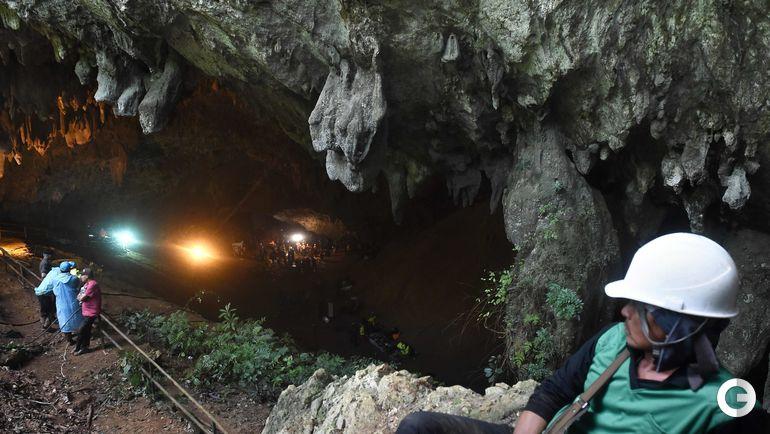 Таиланд. Спасательные работы по спасению людей из затопленной пещеры..
