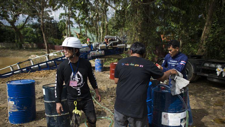 Спасательные работы около пещеры в Тайланде. Фото AFP
