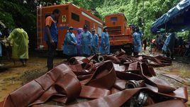 Спасательные работы около пещеры в Тайланде.