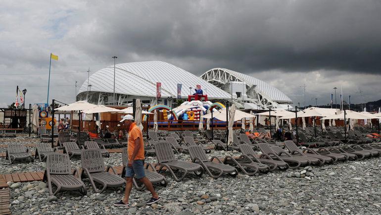"""5 июля. Стадион """"Фишт"""" и сочинский пляж. Фото REUTERS"""