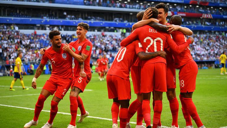 Сегодня. Самара. Швеция - Англия - 0:2. Англичане празднуют победу и выход в полуфинал чемпионата мира.