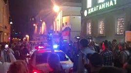 Толпа блокирует машину ДПС в центре Москвы