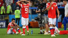 Суббота. Сочи. Россия - Хорватия - 2:2, пенальти - 3:4. Федор СМОЛОВ (слева) после матча.