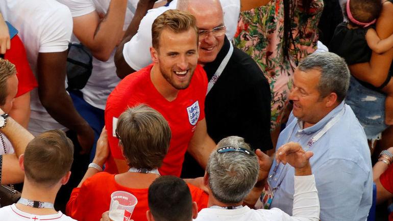 Харри КЕЙН с болельщиками сборной Англии. Фото Reuters