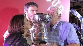 Александр ОВЕЧКИН (в центре) с родителями Татьяной и Михаилом у кубка Стэнли с черной икрой.