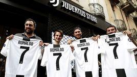 """Вторник. Турин. Фанаты """"Ювентуса"""" с футболками Криштиану Роналду."""