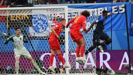 Вторник. Санкт-Петербург. Франция - Бельгия - 1:0. 51-я минута. Гол Самюэля ЮМТИТИ (справа) вывел французов в финал ЧМ.