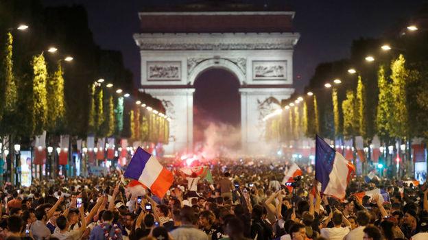Вторник. Париж. Французские болельщики празднуют победу своей сборной на Елисейских полях. Фото Reuters