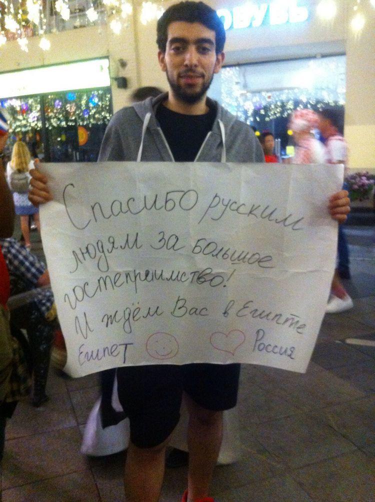 """Четверг. Москва. Африканец с плакатом. Фото Арман МКРТЧЯН, """"СЭ"""""""