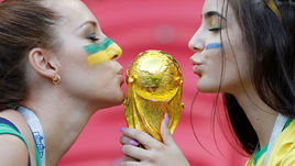 Красивые женщины на трибунах стадионов чемпионата мира. Их перестанут показывать по телевизору.