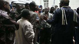 13 июля. Москва. Нигерийцы около посольства своей страны.