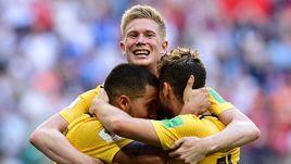 Сегодня. Санкт-Петербург. Бельгия - Англия - 2:0. 82-я минута. Эден АЗАР, Кевин ДЕ БРЕЙНЕ и Дрис МЕРТЕНС празднуют второй гол.