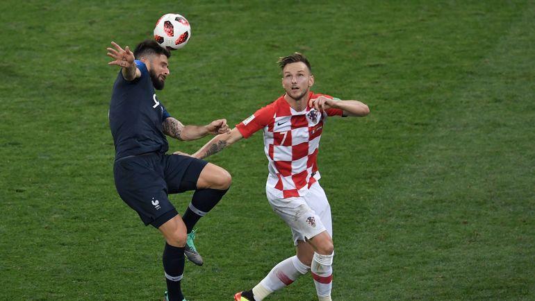 Иван РАКИТИЧ (справа, против Оливье ЖИРУ). Фото AFP