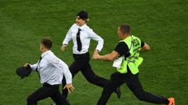 15 июля. Москва. Лужники. Франция - Хорватия - 4:2. Участники Pussy Riot прорываются на поле.