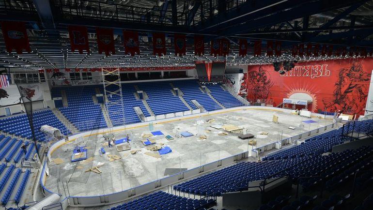 "Монтаж хоккейной площадки. Фото Твиттер ХК ""Витязь"""