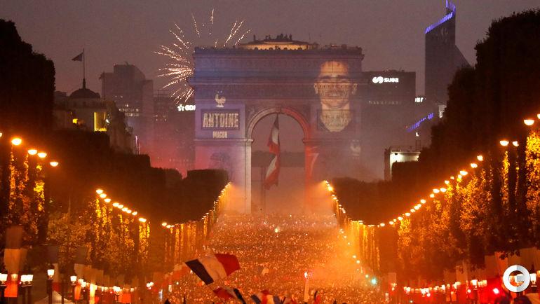 Воскресенье. Париж. Болельщики празднуют победу сборной Франции на чемпионате мира.