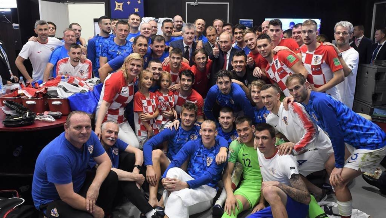 Командное фото сборной Хорватии после финала ЧМ с президентами России и Хорватии. Фото twitter.com/HNS_CFF