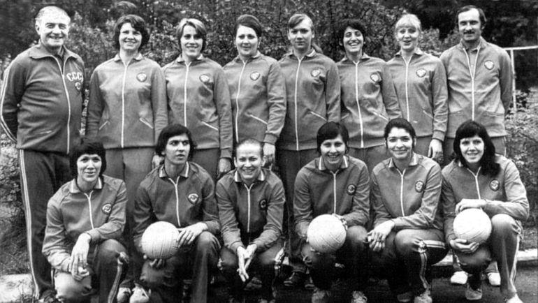 1976 год. Женская сборная СССР под руководством Гиви АХВЛЕДИАНИ (слева в верхнем ряду)   стала обладателем серебряных медалей Олимпиады в Монреале. Фото из архива Гиви АХВЛЕДИАНИ