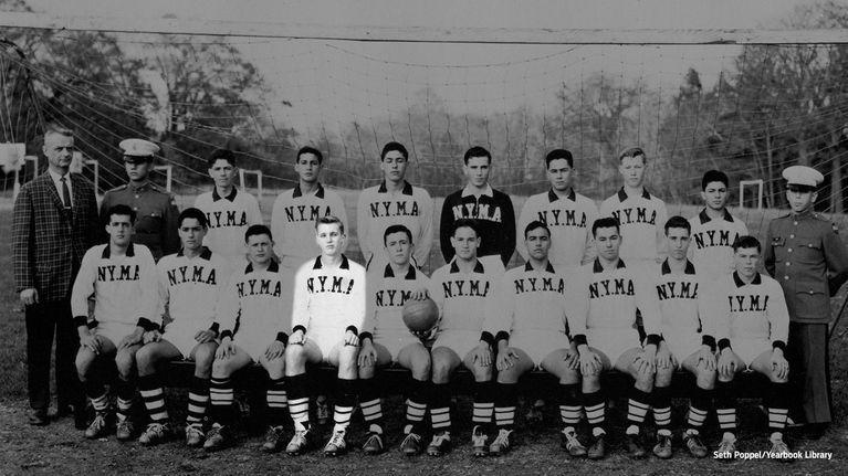 Футбольная команда Военной академии Нью-Йорка. Дональд Трамп – четвертый слева в нижнем ряду. Фото Fox Sports