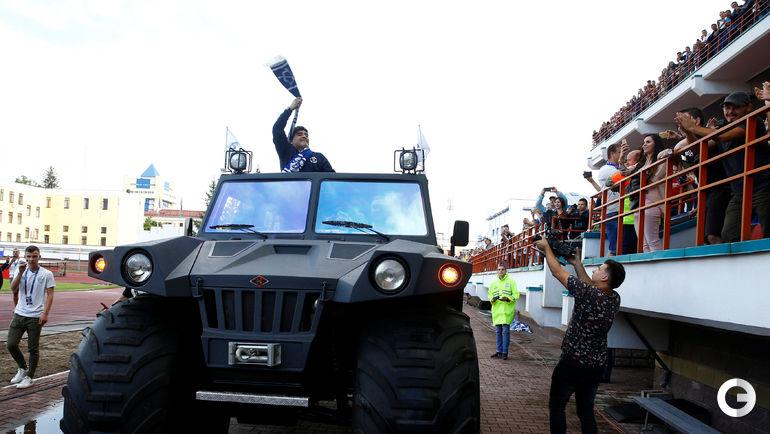 Понедельник. Брест. Диего Марадона на бронеавтомобиле.