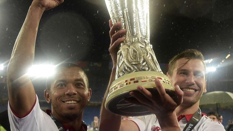 Гжегож КРЫХОВЯК (справа) и Мариано ФЕРРЕЙРА с кубком за победу в Лиге Европы. Фото AFP