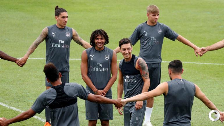 """Сегодня. Сингапур. Месут ЕЗИЛ (в центре) на тренировке """"Арсенала""""."""