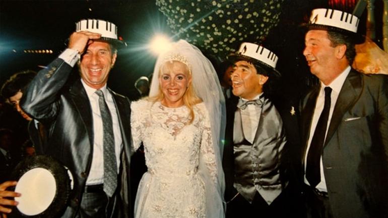 Свадьба Марадоны и Вильяфанье в 1989 году. Слева – Карлос Билардо, главный тренер аргентинской сборной, победившей на ЧМ-86 в Мексике. Справа – Хулио Грондона, президент Ассоциации футбола Аргентины. Фото Infobae