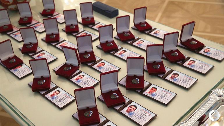 Удостоверения и значки заслуженных мастеров спорта для футболистов сборной России-2018.
