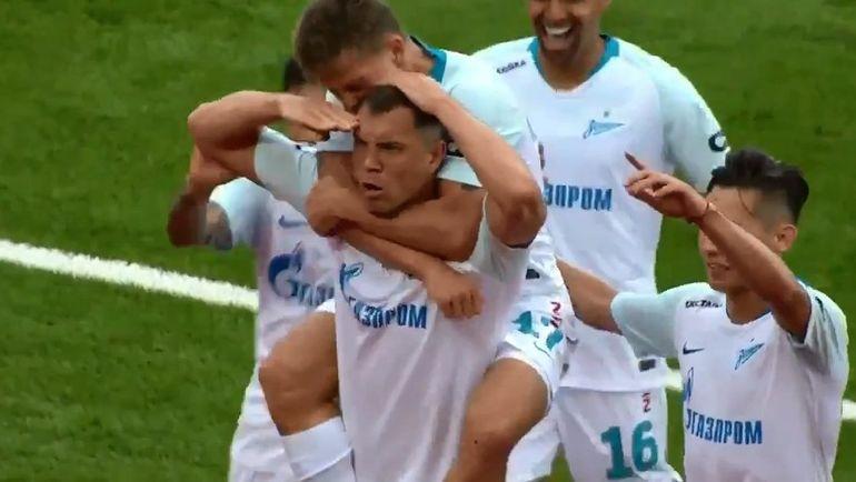 """Артем ДЗЮБА отпраздновал гол в ворота """"Енисея"""" фирменным жестом."""