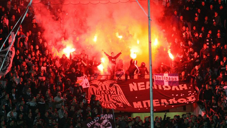 Огненное шоу болельщиков ПАОК. Фото AFP