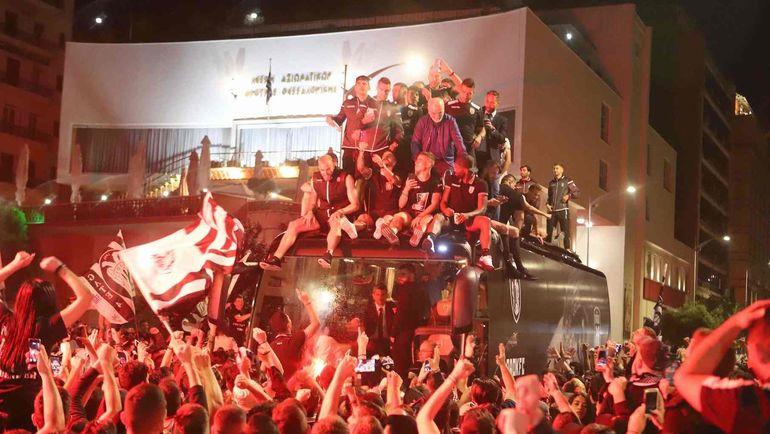13 мая. Салоники. Президент ПАОК Иван САВВИДИ вместе с командой   отмечает с фанатами победу в Кубке Греции над АЕК (2:0). Фото AFP