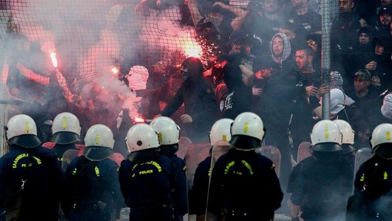 Полиция следит за поведением фанатов ПАОК. Фото AFP